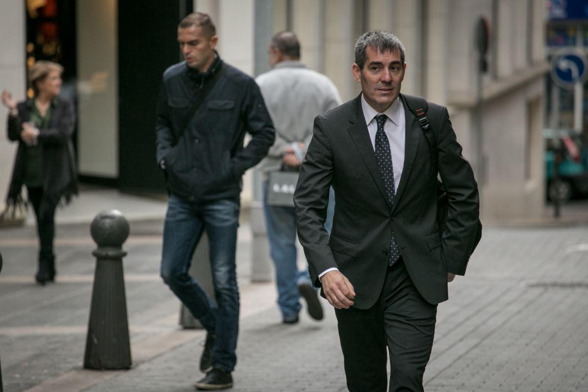 El presidente del Gobierno de Canarias, Fernando Clavijo, llega al Parlamento. / ANDRÉS GUTIÉRREZ