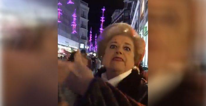 El monumental enfado de una anciana con muletas por el sentido único en el centro de Madrid