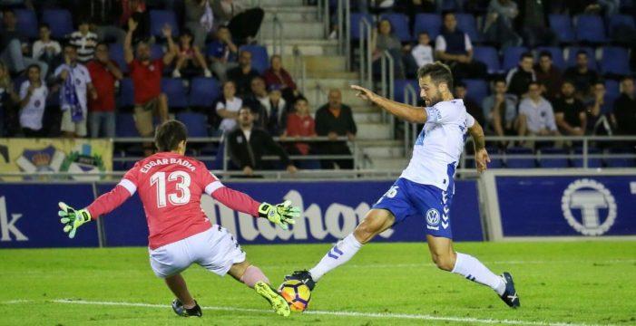 El Tenerife vence al Reus con autoridad (3-0) y se reencuentra con la grada