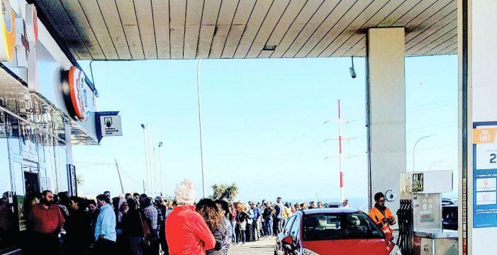 Enormes colas en la gasolinera La Chasnera para comprar lotería del Niño