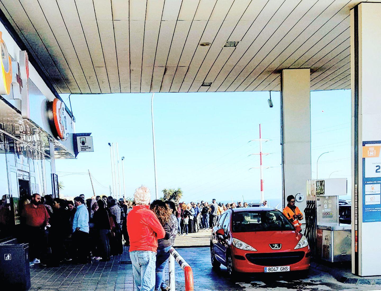 Decenas de personas hacen cola para comprar lotería en La Chasnera. / DA