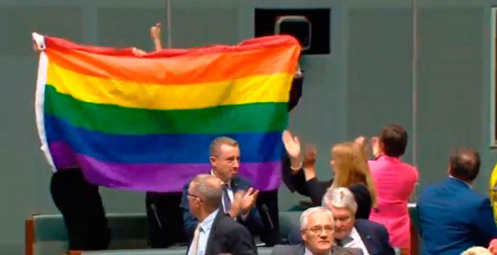 Emocionante momento en el que Australia aprueba legalizar el matrimonio homosexual