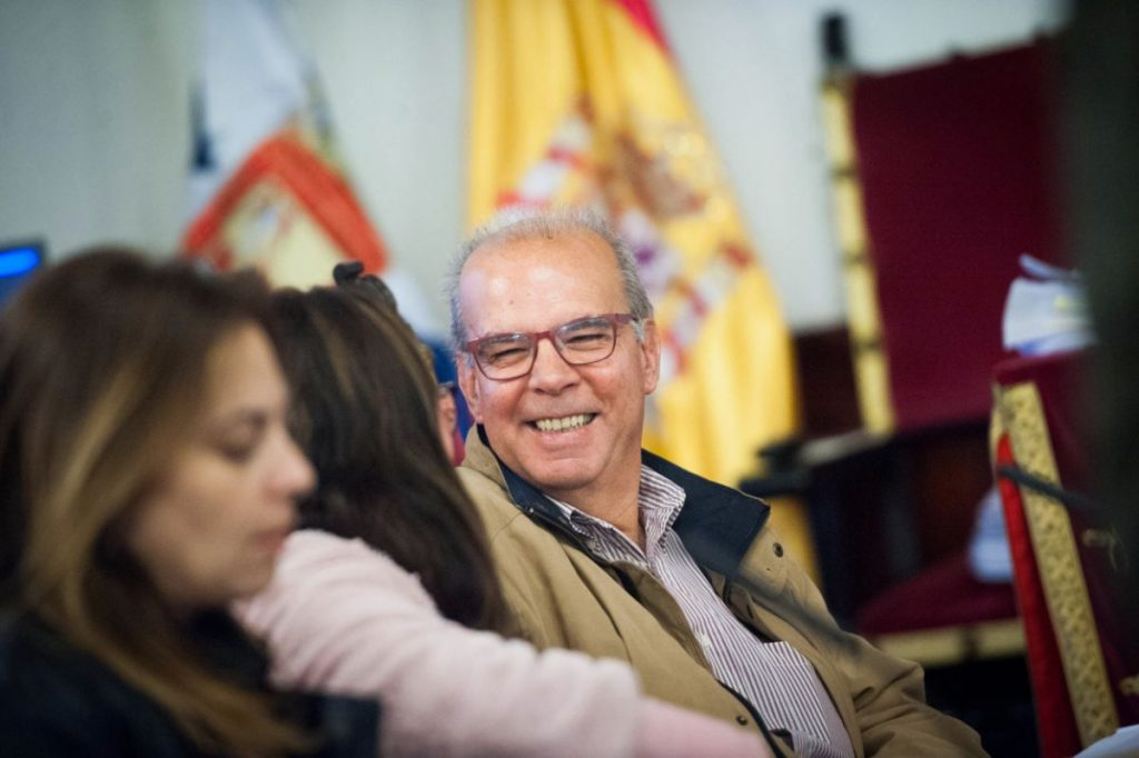 Antonio Pérez Godiño (sonriendo) durante un pleno municipal lagunero | Fran Pallero