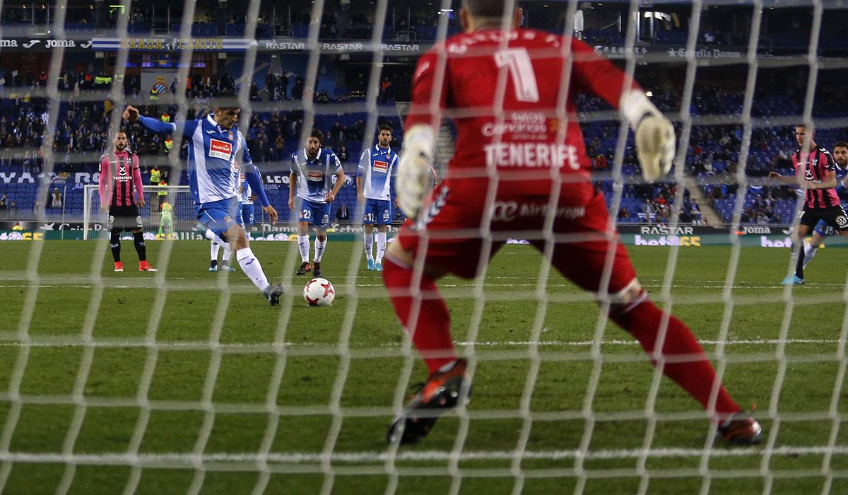 El colegiado Iglesias Villanueva se inventó un penalti que permitió al Espanyol empatar el partido. Francesc Adelantado