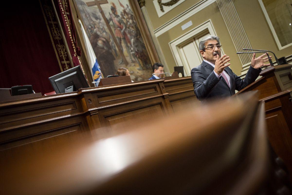 El presidente de Nueva Canarias y portavoz parlamentario, Román Rodríguez, durante un pleno. Andrés Gutiérrez