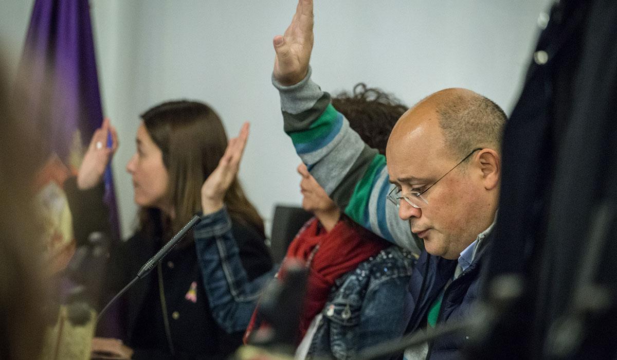 Zebenzuí González vota junto a sus compañeras Mónica Martín y María José Castañeda, ayer en el pleno municipal. Andrés Gutiérrez