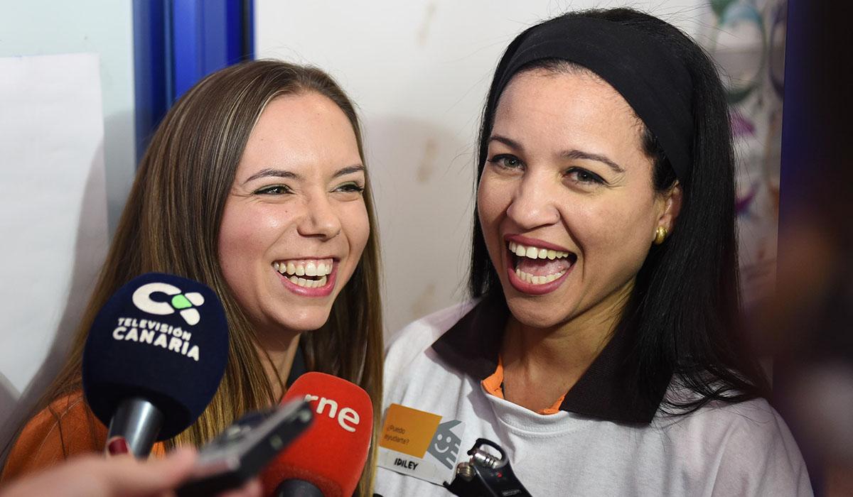Idiley (der.) y Saira, vendedoras del receptor de loterías de la gasolinera del kilómetro 54 de la TF-1. Sergio Méndez