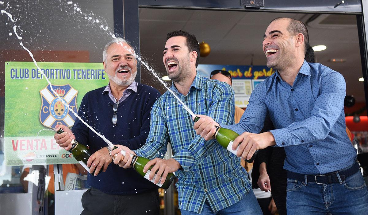 José Miguel González y sus hijos José y Aarón descorchan botellas de sidra tras volver a protagonizar un 22 de diciembre cargado de premios. Sergio Méndez