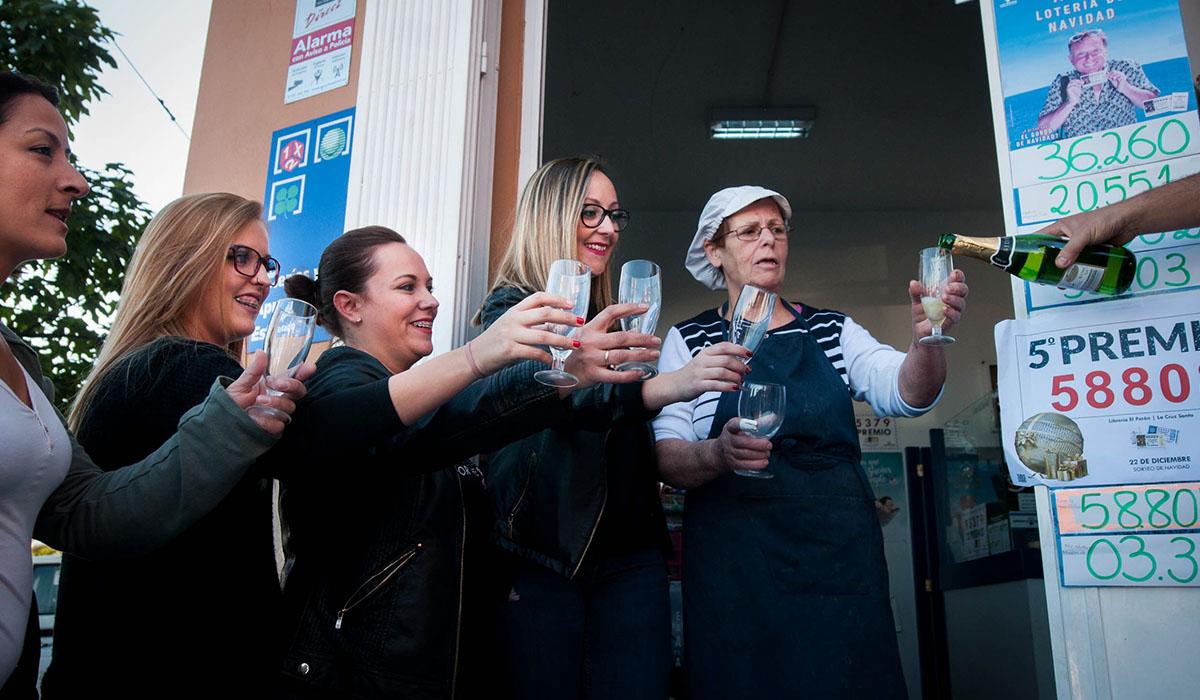 Familiares, vecinos y comerciantes cercanos quisieron compartir ayer un brindis en la administración El Perón, ubicada en la Cruz Santa, que vendió 16 décimos del quinto premio. Fran Pallero