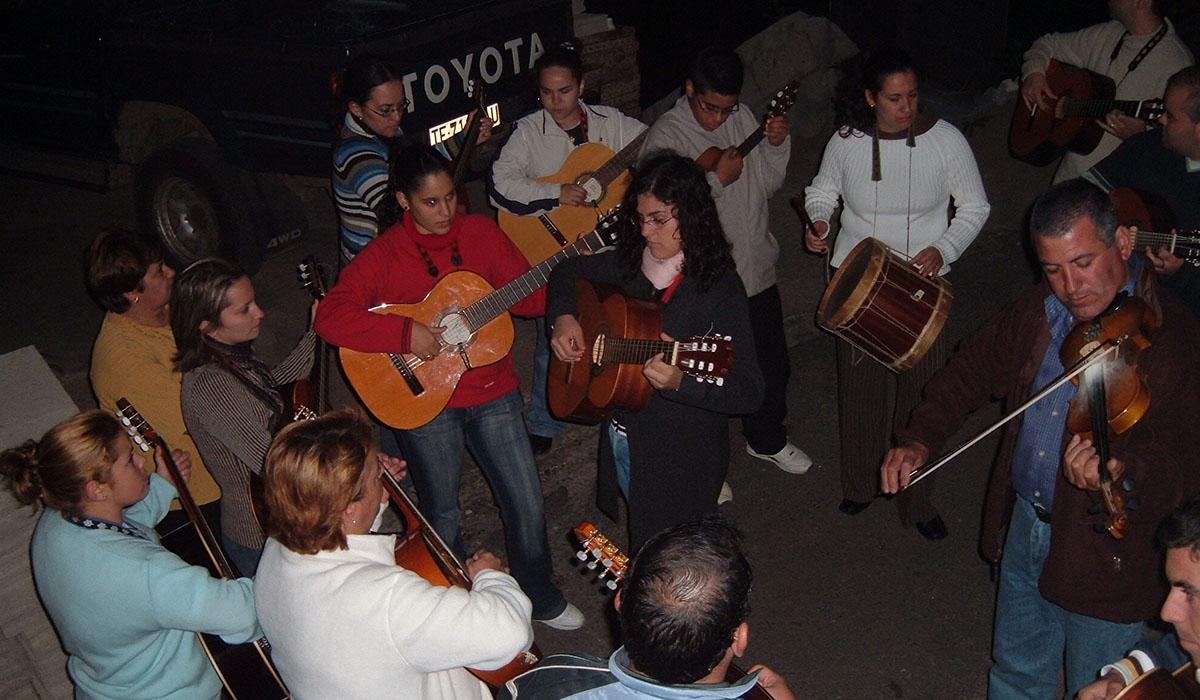 Grupo de Lo Divino actuando en plena calle. DA