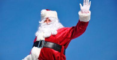 Un grupo de niños apedrea a Papá Noel por quedarse sin caramelos para repartir