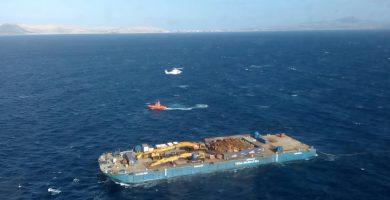 Rescatados 19 polizones en una gabarra que estaba siendo remolcada a unas cinco millas de Fuerteventura