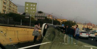 Un coche volcado en la TF-5 provoca retenciones en la entrada a Santa Cruz