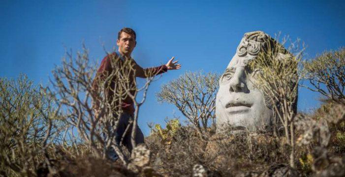 Gernot Huber y su escultural parque entre cardones en Granadilla de Abona