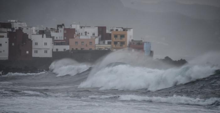 Así batieron las olas ayer en el norte de Tenerife