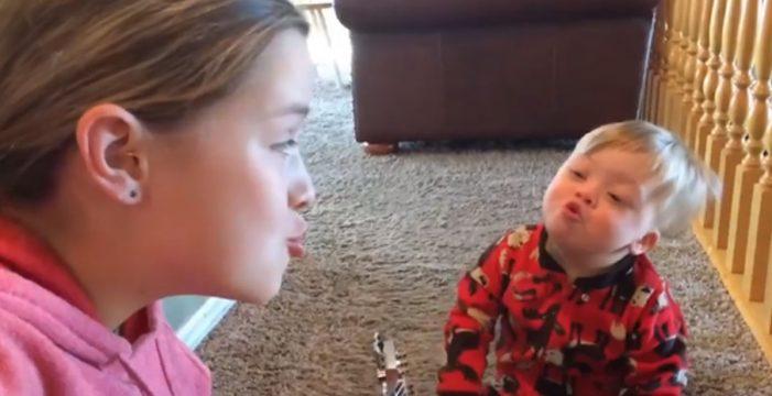 La niña que canta a su hermano, con síndrome de Down, enamora a las redes