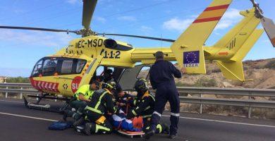 Los bomberos y el personal sanitario, durante el rescate del herido. / DA