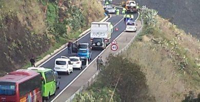 Un vehículo volcado provoca retenciones en la carretera El Boquerón