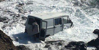 La furgoneta, tras precipitarse al mar. / DA