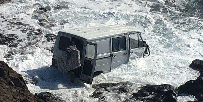 Una furgoneta se precipita al mar en Lanzarote