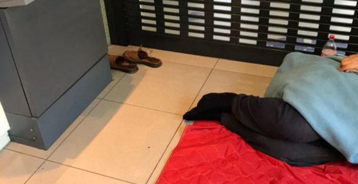 Anselmo: tres semanas durmiendo en un cajero automático de Santa Cruz