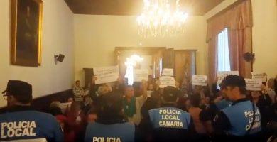 Los asistentes al pleno en el Ayuntamiento de La Laguna, durante la protesta contra Zebenzuí González. / DA