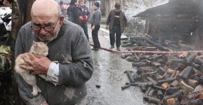 La conmovedora imagen de un anciano que acaba de perderlo todo