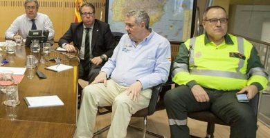 La foto del gabinete de crisis en la DGT que ha desatado las carcajadas en la Red. / TWITTER