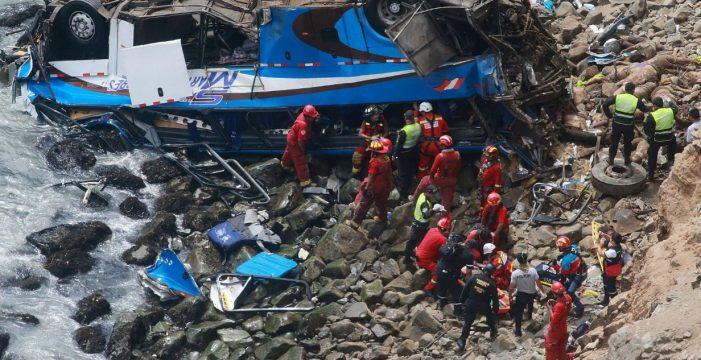 """Horror en Perú: espantoso accidente en """"la curva del diablo"""""""