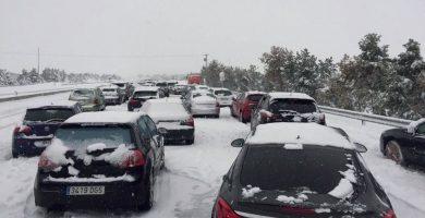 Coches atrapados en la AP-6 por el temporal de nieve. / EP