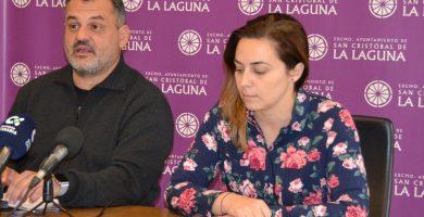 José Alberto Díaz, junto a Candelaria Díaz, en el Ayuntamiento lagunero. / EP