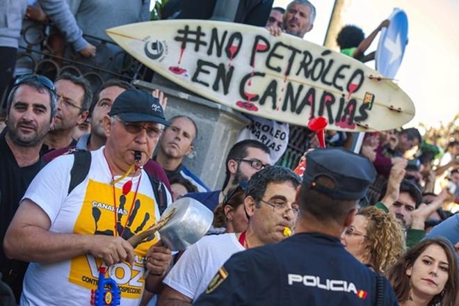 Movilizaciones en Canarias contra las prospecciones petrolíferas anunciadas por Repsol. / DA
