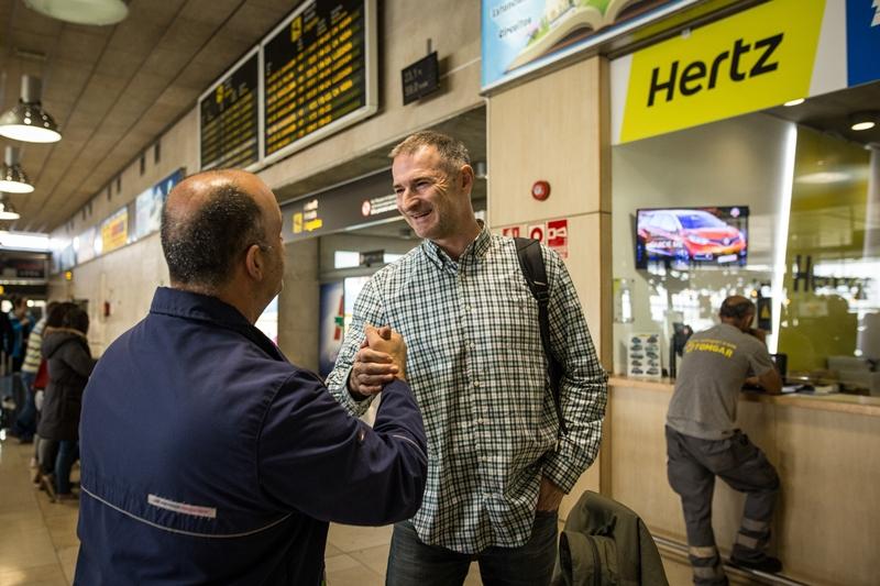 Federico García Soto, director del Área de Imagen del Canarias, recibió ayer en Los Rodeos al Gaziantep con Nenad Markovic a la cabeza. Andrés Gutiérrez