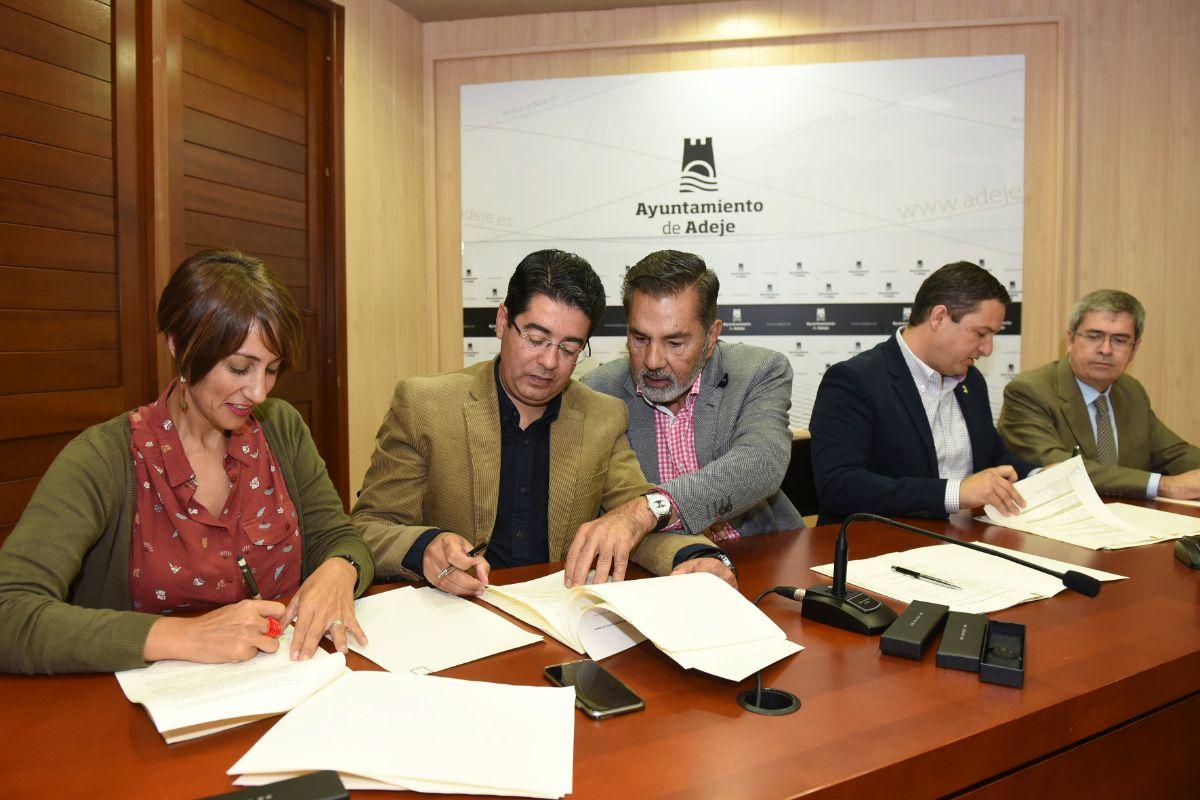 De izquierda a derecha, los alcaldes de Mogán, Guía de Isora, Adeje, Arona y San Bartolomé de Tirajana, el día de la constitución de la asociación. S. M.