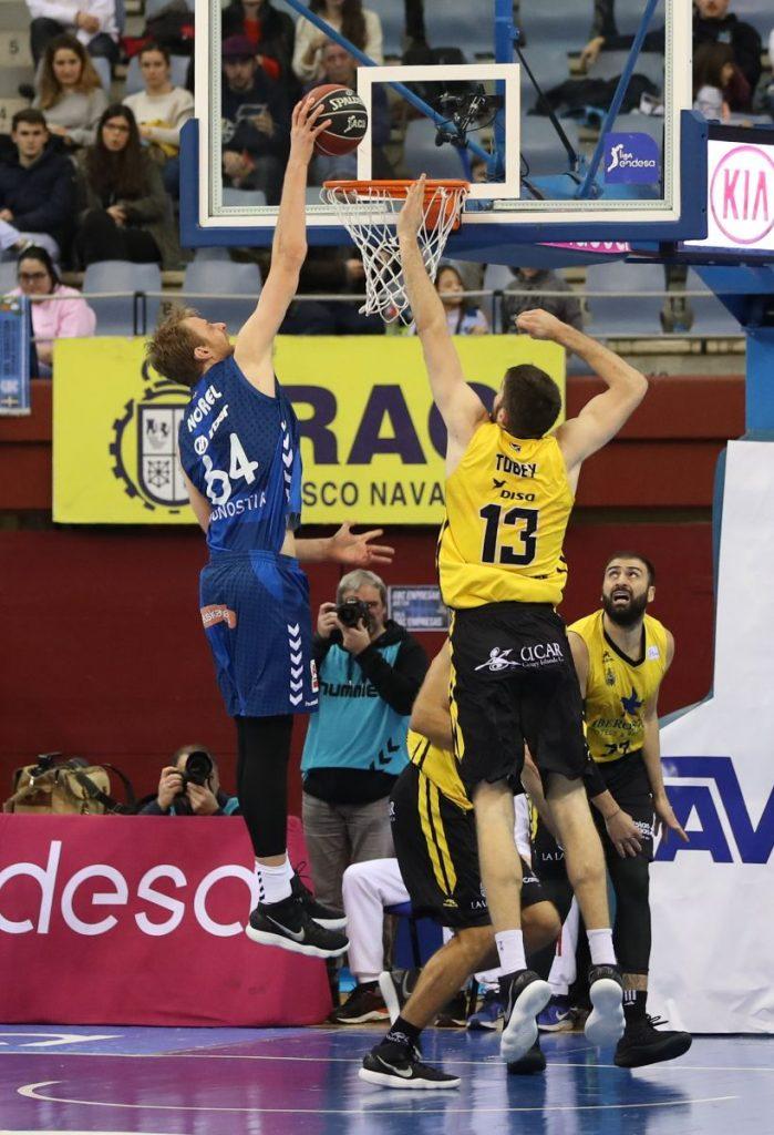 Norel machaca la canasta aurinegra ante Mike Tobey. ACB Photo