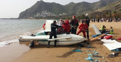 Un milagro evitó que la avioneta causara daños humanos en la orilla de la playa; en el recuadro, la hélice que acabó partida. Fran Pallero