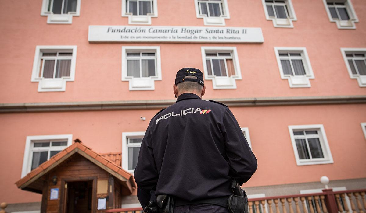 La Policía Nacional se personó ayer en el Hogar Santa Rita II, donde un hombre mató supuestamente a su compañero de habitación. Andrés Gutiérrez