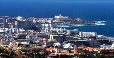 Imagen de Playa de Las Américas, que se extiende por los municipios de Arona y Adeje, en el sur de Tenerife, una de las principales zonas turísticas de España. DA