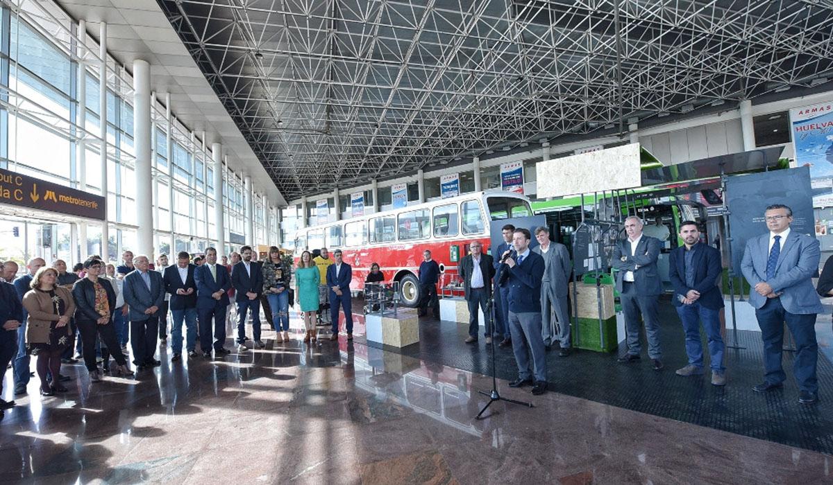 Un momento de la inauguración ayer de la exposición en el Intercambiador. DA