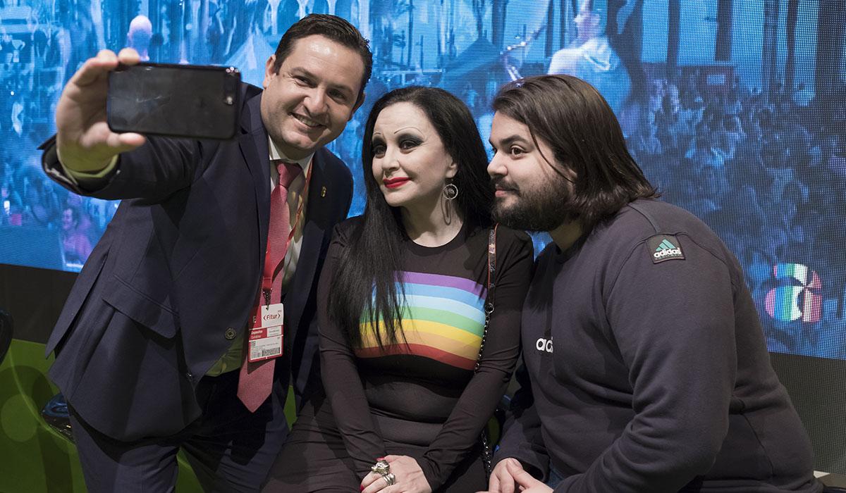 El alcalde, José Julián Mena, se hace un selfi con Olvido Gara, Alaska, y Brays Efe. DA