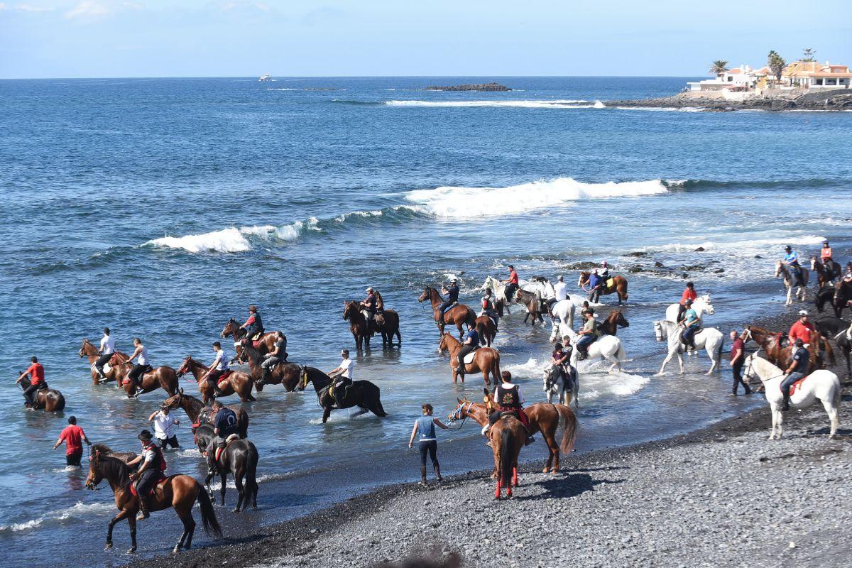 La procesión y la bendición de los animales reunió a miles de personas, y más de un centenar de caballos y otros animales, en un gran día festivo en La Caleta. Sergio Méndez