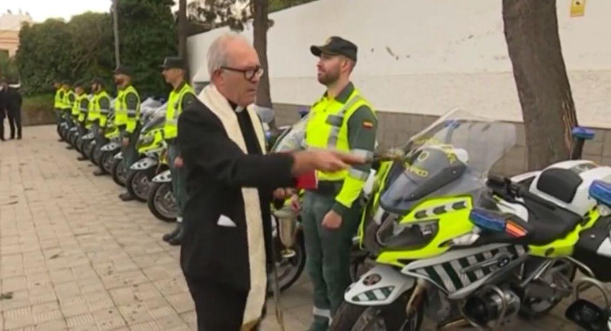 Un sacerdote bendice las nuevas motos en La Laguna. DA