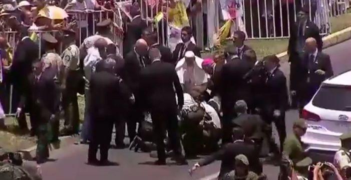 El Papa rompe el protocolo para socorrer a una carabinera en Chile