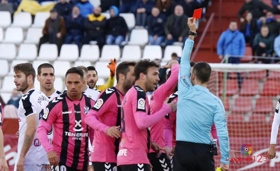 El árbitro expulsa al jugador del Tenerife. / LPF