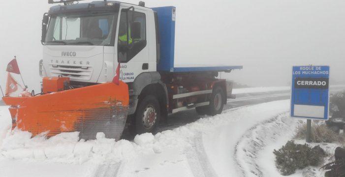 Cierran la carretera de acceso al Roque de Los Muchachos por nieve en la calzada