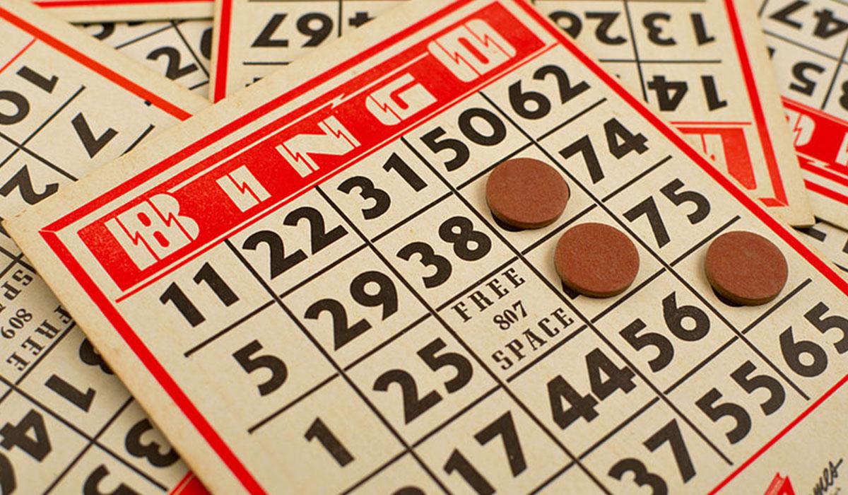 18 personas juegan al bingo en un local en Gran Canaria