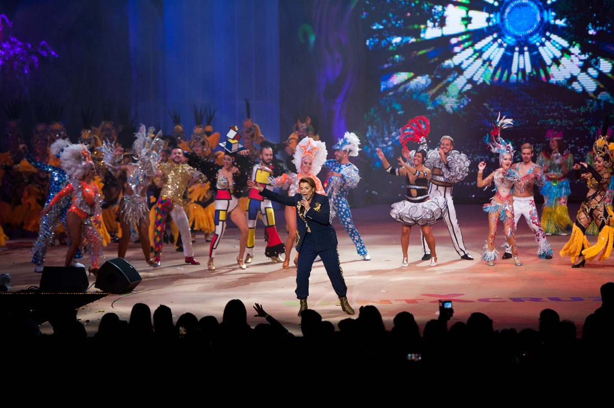 Olga Tañón y las comparsas chicharreras pusieron a bailar a todo el público en el Recinto Ferial. Fran Pallero