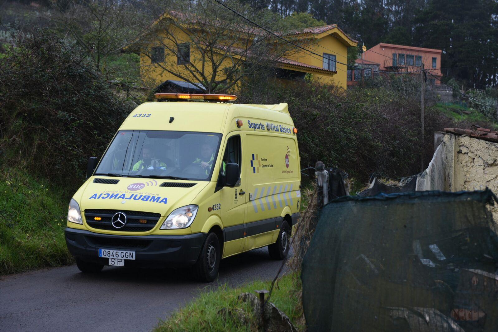 Bomberos y servicios sanitarios, en el lugar en el que se ha encontrado el cuerpo. / FOTO: Sergio Méndez