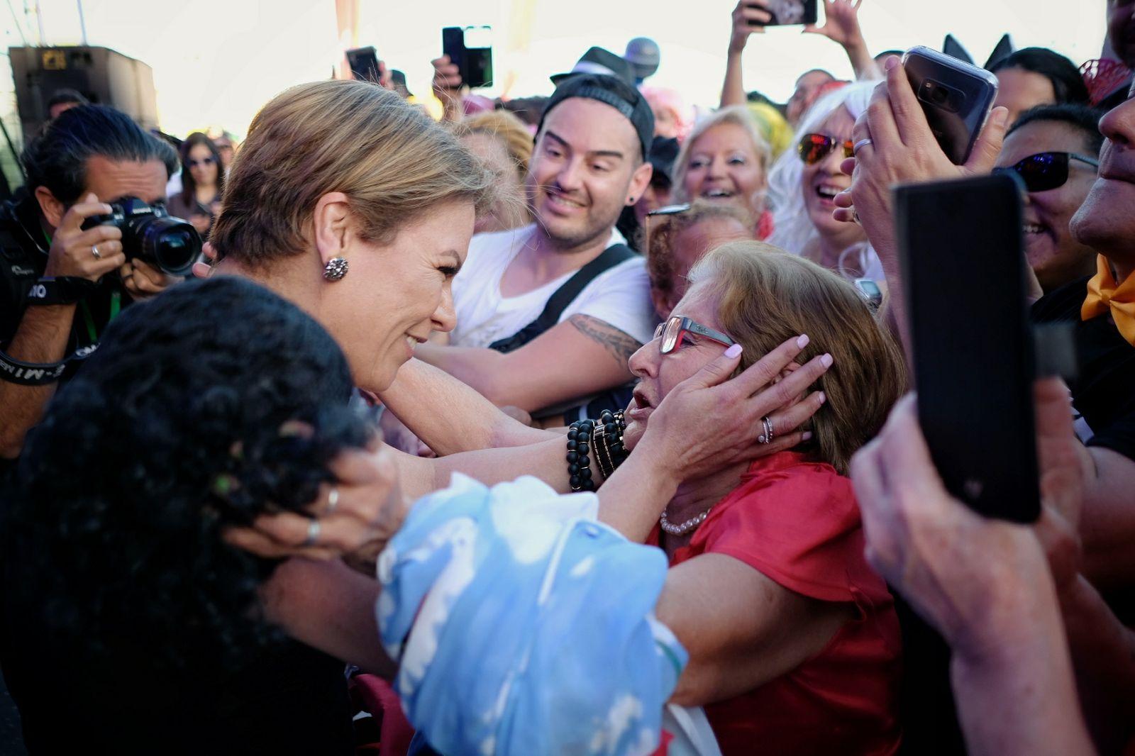 Olga Tañón regala su atuendo durante su actuación a una mujer de entre el público. / FOTO: Andrés Gutiérrez