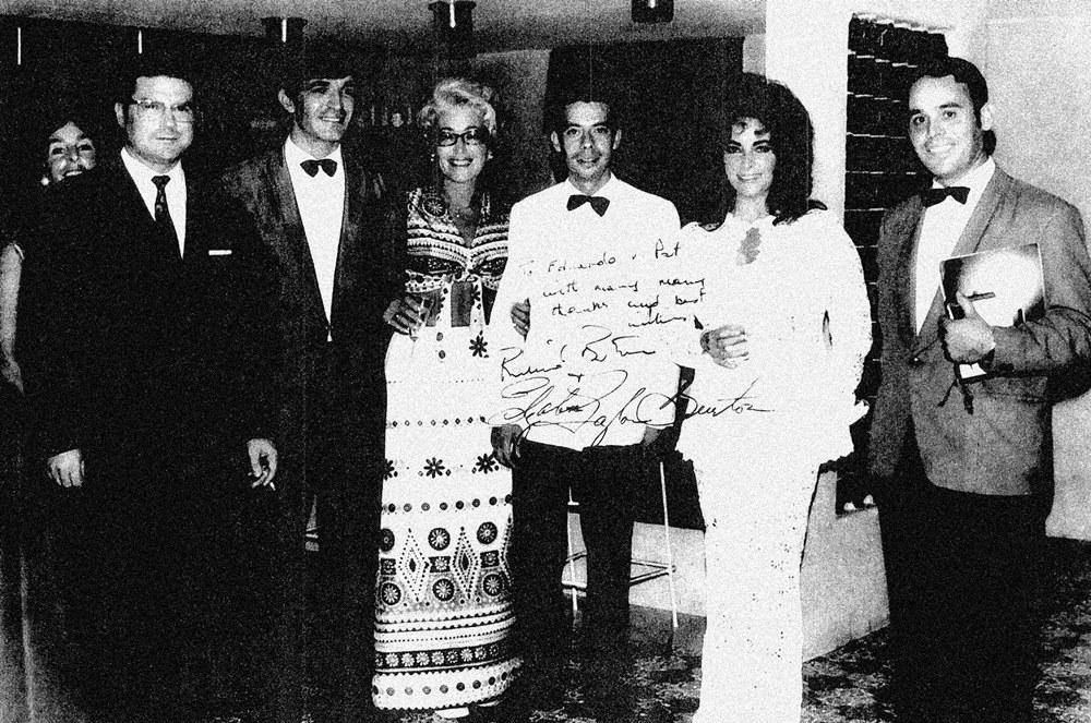El primero de la izquierda es el director del Moreque, Díaz Recio. Junto a él, Chano, el barman citado en el reportaje. La señora es una belga, que ejercía de relaciones públicas. La actriz está entre dos maitres muy conocidos en el sur en aquella época. Foto cedida